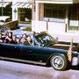 La limousine présidentielle traverse Dallas.