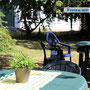 Gartenbereich mit Gartenmöbel und Sandkasten am Haus