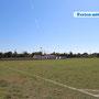 Der öffentliche Fußballplatz (direkt nebenan) kann in Absprache mitbenutzt werden