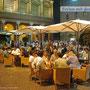 Rimini brodelt bei Nacht ...
