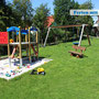 Spielplatz in Asche mit Tischtennisplatte und Basektballkorb