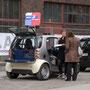 Mini-Übertragungswagen des WDR vor dem Eingang