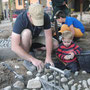 Jeder Stein wird hochkant gesetzt, damit das Wasser gut durch kommt.