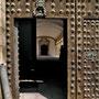 Antiguo HOSPITAL DE TAVERA. En el portón destaca el trabajo de los clavos, la bocallave y el aldabón.