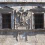 PUERTA DE BISAGRA. Escudo con el águila bicéfala de Carlos V.