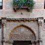 CASA DE LOS TOLEDO. Siglo XIV. En el tímpano el escudo de los Álvarez de Toledo. Plaza de los Toledo.