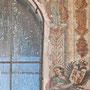 PUENTE DE SAN MARTÍN. Detalle de las pinturas murales, siglo XVI, flanqueando el nicho de la Virgen.