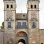 PUERTA DE BISAGRA. Patio de las Armas. Al fondo la portada de la Ermita de la Virgen de la Estrella. Los escudos de la ciudad en los chapiteles son obra de Sebastián Aguado, 1931.