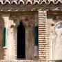 IGLESIA DE SAN ANDRÉS. Detalle de la galería de arquillos polilobulados ciegos separados por fustes cerámicos. Siglo XII.