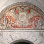 PUERTA DE BISAGRA. Entre las torres, encima del arco de medio punto amohadillado,el tímpano con las armas imperiales con policromía y dorado.