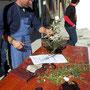 Graziano Nelli lavora un olivastro