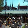 Warten - Thais harren vor dem Königspalast aus, ...