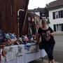 Sara Haslacher vor ihrem Flohmarkt in Aesch
