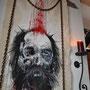 """""""Chains"""" von Frenzy O.- 2013, verrostete Eisenkette, Nadelholz; - Tusche, Blut und Acryl auf unbehandeltem Leinen, 100 x 150"""