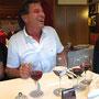 Die erste Weinprobe von Manfred beim Abendessen