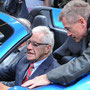 Gerhard Jiricek weist Heinz Linnig in die Geheimnisse des Ferrari ein