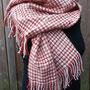 Das Tuch kann als eine Art Allwetter Schleier oder als alltagstauglicher Schal zur Jacke getragen werden