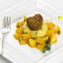 Himmel & Erde neu interpretiert: Kräuter-Kartoffel-Püree auf glasiertem Apfelkompott mit Frikadelle ©M.Schröder/CM Digital Color