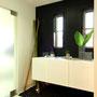 黒の壁と床に遮るようなホワイトの収納を設置。
