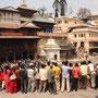 Schaulustige bei Bestattung im Pashupatinath