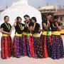 Frauen in traditionellen mongolischen Trachten