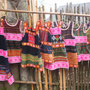 Die Einheimischen verkaufen hübsche Kleider...