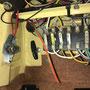 Inneraum am Sicherungskasten kommen die Leitung blau (Steuerleitung), gelb/rot (Ladeleitung +), weis/schwarz (direkte Masse für Duerplusleitung) und blau/braun (Dauerplusleitung +) heraus