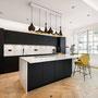 cuisine noire et blanche haut de gamme sur sol bois dans appartement Haussmannien cuisine design Toulouse