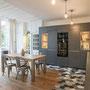 cuisine bois et gris foncé ouverte sol bois et carrelage