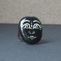 BI-BAG-GAL-VIS-007-Bague Visage blanc fond noir indien 2,5x2cm (galet peint, anneau argenté réglable) - 20€
