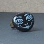 BI-BAG-GAL-VIS-005-Bague Visage bleu fond noir 2,2x1,8cm (galet peint, anneau laiton réglable) - 20€ Sur commande