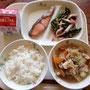 2月24日(月)献立 ごはん、すき焼き風煮、焼き魚(さけ)、ほうれん草のうめなめ茸和え、牛乳