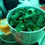 小松菜をたっぷりいれます。ごま油もさらにいれます