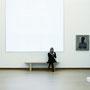 Amsterdam - Frau, lesend, im Museum, links von ihr: ein Bild