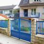 Puerta batiente modelo TAHITÍ en aluminio lacado azul