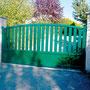Puerta batiente modelo Corfú mixta en color verde