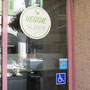 dennda Sanitätshaus, Brig - Hinweis auf WC in Nachbarladen