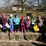 Veliko otrok se je zbralo, da poišče, kar je nastavil zajec
