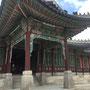 王が日常政務を行った宣政殿(ソンジョンジョン)。 鮮やかな色彩は、丹青(タンチョン)という陰陽五行思想に基づいた五色なんだとか。 屋根には魔除けに西遊記の一行が並んでいますよ。