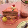 チェリーのケーキもピンクです