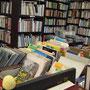 ここにもいろんな本があるな〜