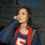 Mia Aegerter, Sängerin und Schauspielerin, am Telefon in Bern - © Art of Moment, Carmen Weder, Fotografie, Bern, Schweiz