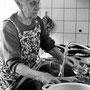 Mit 92 Jahren besorgt Frau Weber den Haushalt noch selber  - © Art of Moment, Carmen Weder, Fotografie, Bern, Schweiz