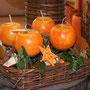 Orange Kugelkerzen im Korb