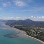 Sicht aus dem Microlight auf Port Douglas und den Four Mile Beach