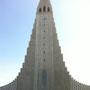 Die bekannte Betonkirche Hallgrimskirkja. Vom Turm hat man eine gute Aussicht. Die 5275 Orgenpfeifen sind sehr beeindruckend
