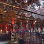 Riesige Räucherstäbchen in einem Tempel mitten in Hong Kong