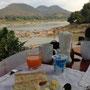 Endlich haben wir uns doch ein Früchstück verdient. Bei dieser Aussicht auf den Mekong könnte man stundenlang hier sitzen und nichts tun