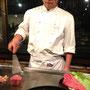 Mhm, ein feines Ohmi-Beef (mit Kuh-Zertifikat) wird vor unseren Augen gegrillt im Yoshidas Steak House im Gion-Viertel