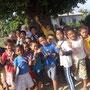 Kinder, die sich in Tonga gerne fotografieren lassen und im Nu Aufstellung nehmen